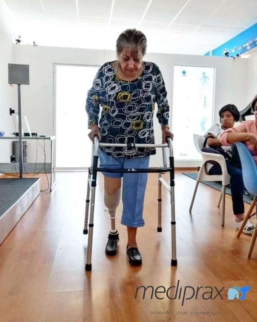 paciente-con-andadera-y-prótesis