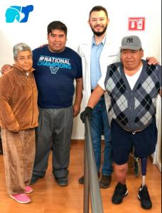licenciado-Samuel-con-paciente-usuario-de-protesis-pierna-y-familiares