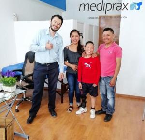 licenciado-en-protesis-con-paciente-usuario-de-protesis-pierna-y-familiares